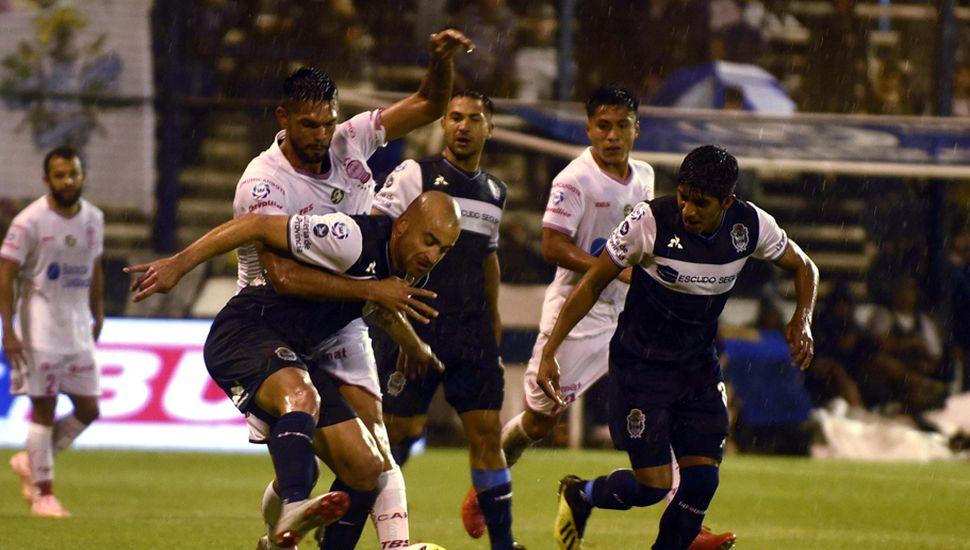 Santiago Silva lucha por el balón.