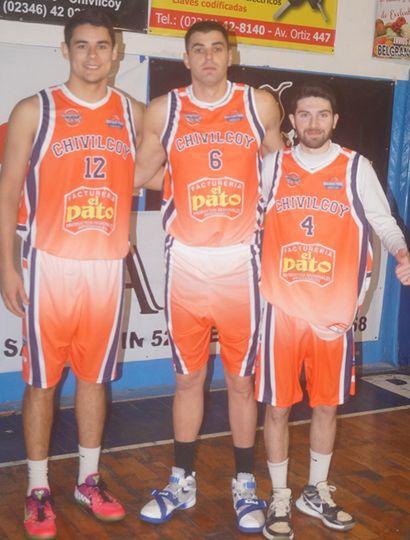 Joaquín Gamazo (centro) cuando reforzó a la selección de Chivilcoy, con Agustín Acuña y Maximiliano Tamburini.