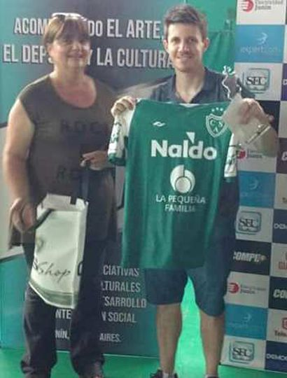 El ganador del torneo y hoy aspirante al Olimpia nacional, Diego Flores, recibe el premio del torneo y una camiseta del Club Sarmiento.