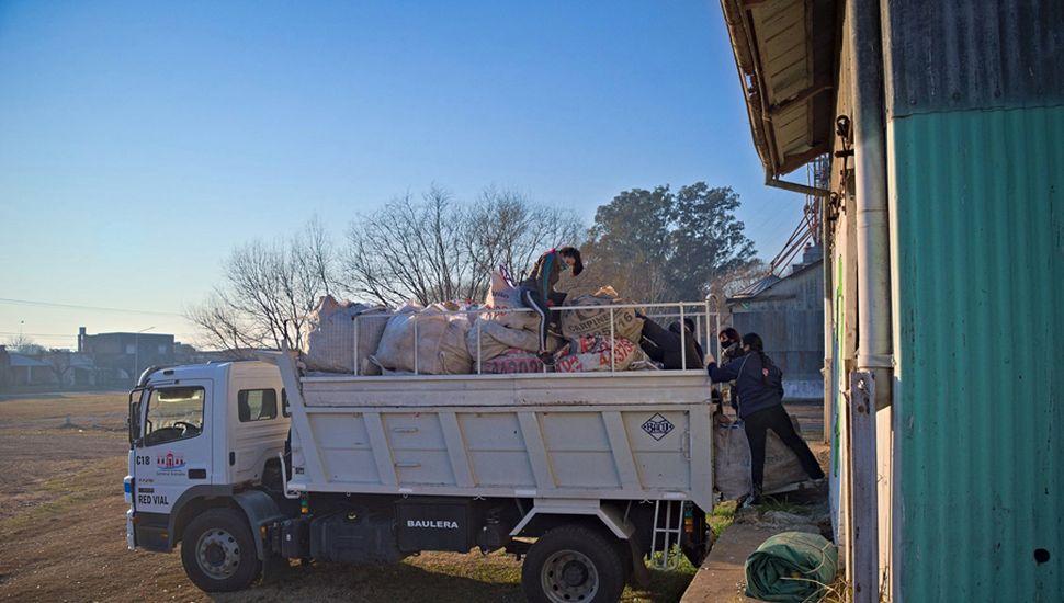 Camión cargado de elementos para reciclar.