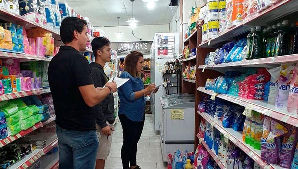 Rogelio Sica y Lucía Rodríguez Salinas inspeccionan un supermercado chino.