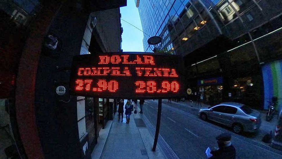 El dólar se disparó y cerró en nuevo máximo de $28.84