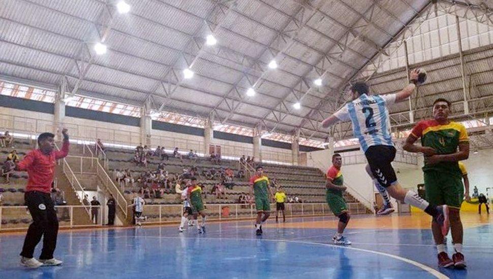 """Jugada en ataque que concluirá con uno de los numerosos goles de """"Los Gladiadores"""" ante Bolivia, en el triunfo por 72 a 7."""