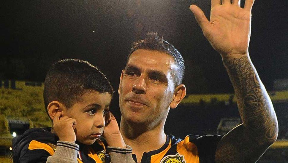 Germán Herrera, quien dejó de ser futbolista profesional, saluda al público de Rosario Central.