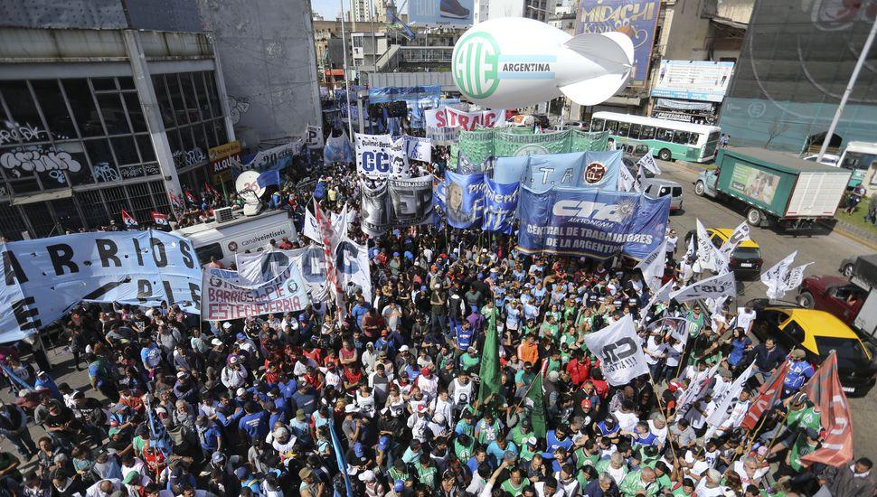 Miles de personas se movilizan a la Plaza de Mayo