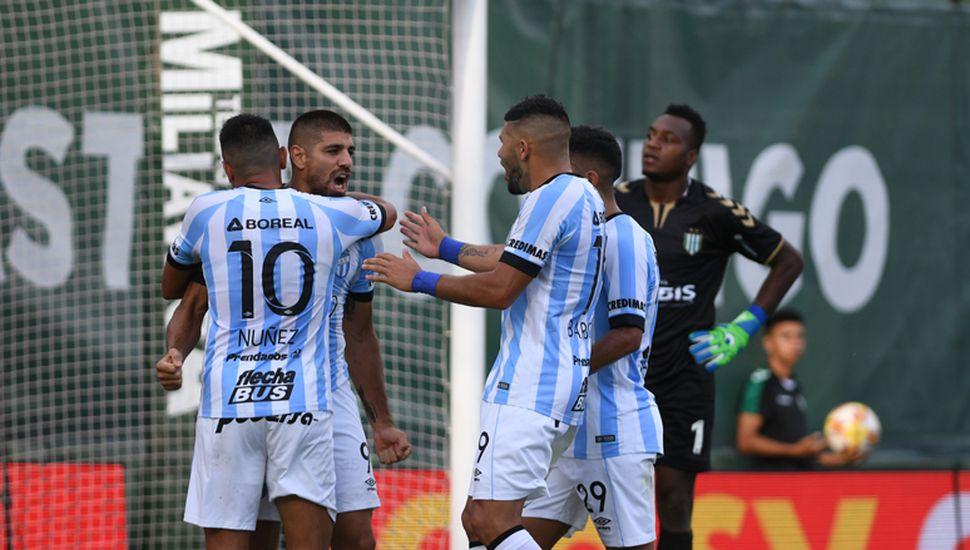 Núñez abraza a Díaz, autor del primer gol para Atlético Tucumán.