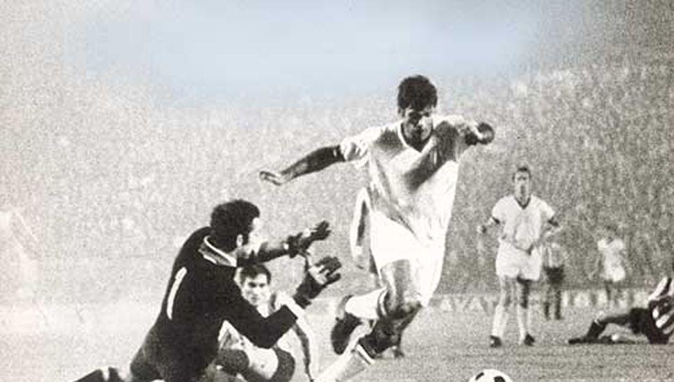 El jugador franco-argentino Nestor Combin anota para el Milan.