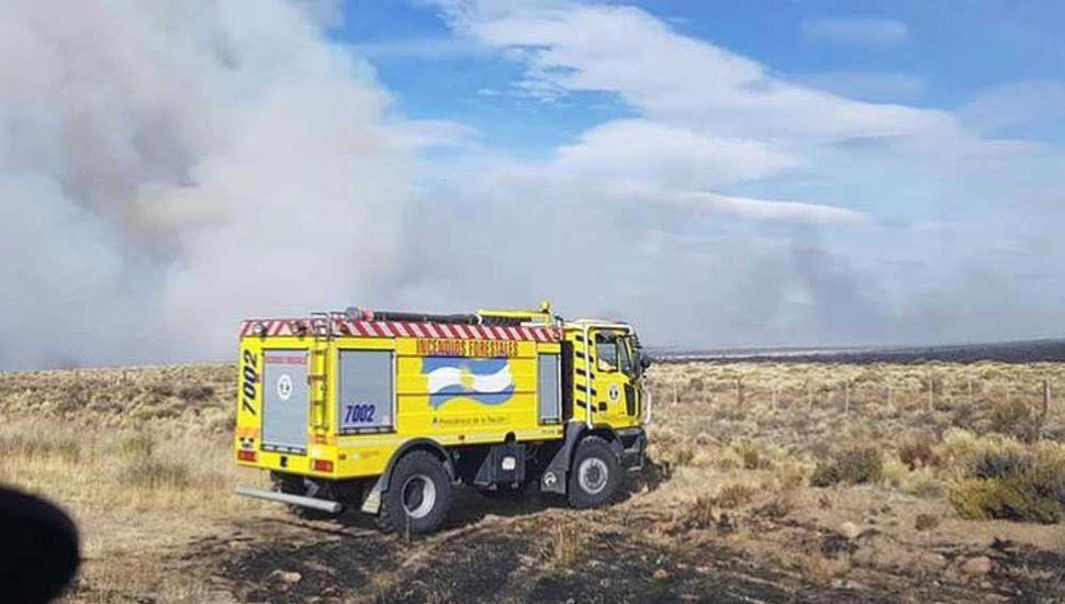 Fuego sin control: no logran detener  las llamas y hay miles de usuarios sin luz