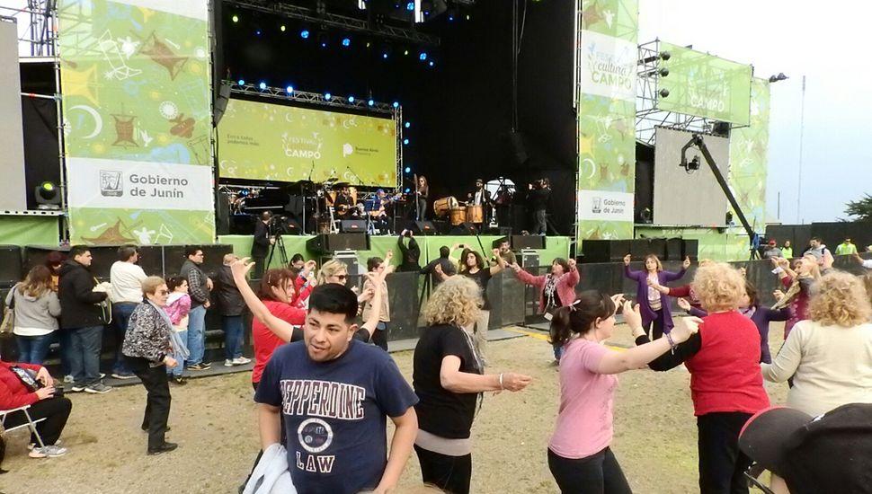 En dicho evento, el público entusiasta sale a bailar.