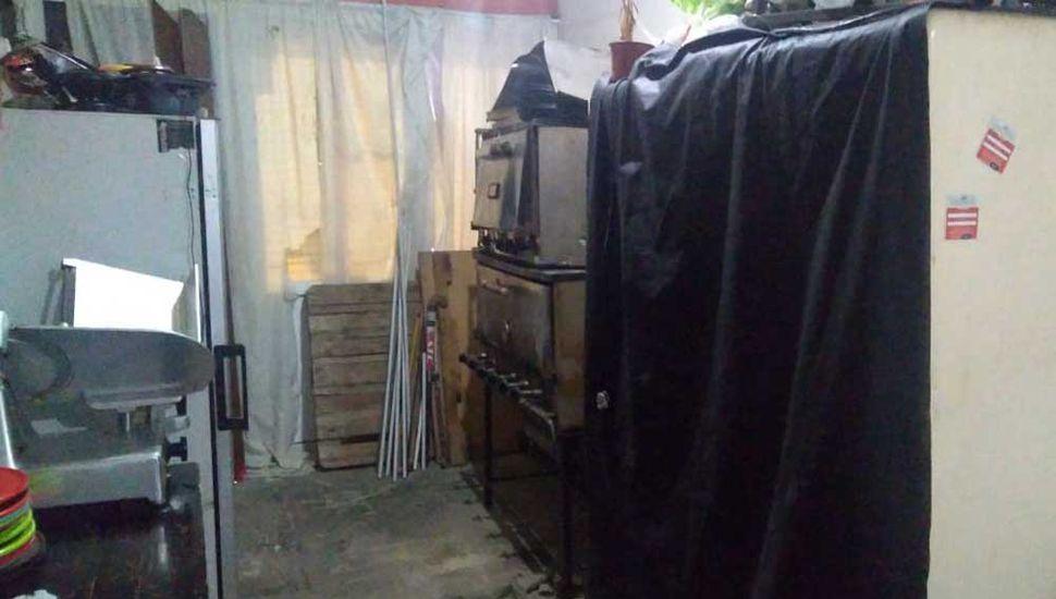 Entre lo incautado había hornos pizzeros, escenario y 50 sillas.
