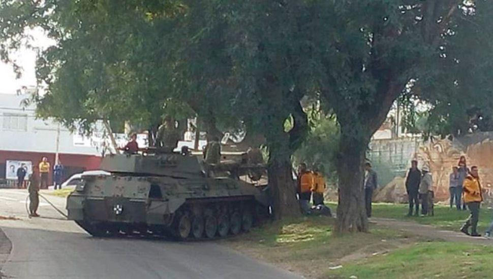 Después de desfilar, un tanque de guerra se quedó sin frenos y chocó contra un árbol