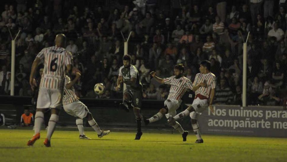 El goleador, acorralado. Agropecuario  no descuidó ni  un segundo  la marca sobre  Nicolás Orsini.