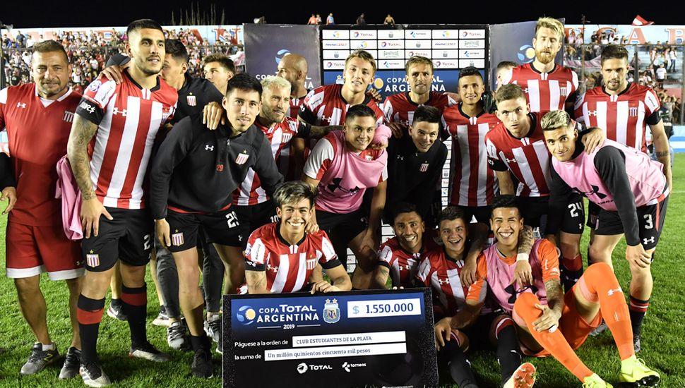 El plantel de Estudiantes de La Plata festeja el pase a cuartos de final, con el cheque que ganó, de $ 1.550.000.