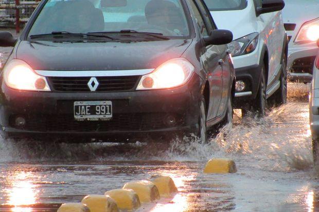 El paso a nivel de Rivadavia, muy inundado.