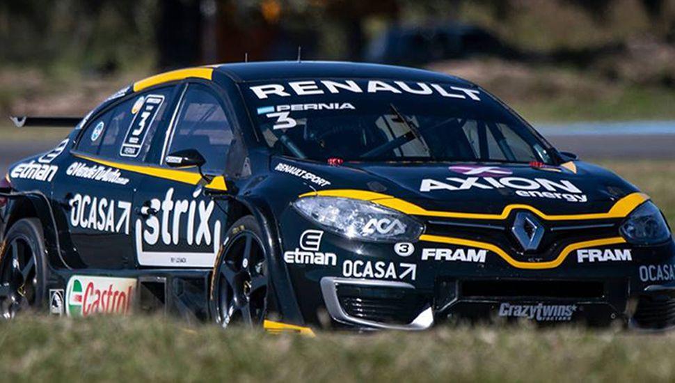 Con el auto del equipo Renault Sport, Leonel Pernía lidera el campeonato del Súper Turismo Competición 2000.