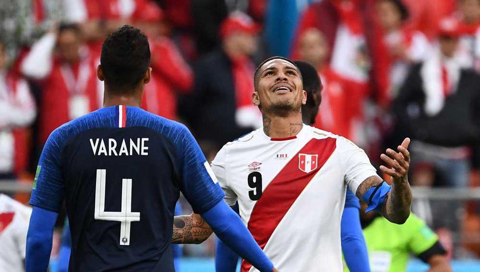 Paolo Guerrero, el delantero de Perú se lamenta.