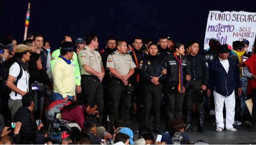Ecuador: indígenas tomaron  a ocho policías como rehenes