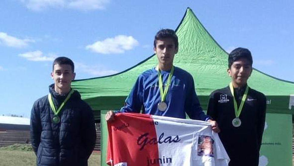 El juninense Uriel muñoz en el podio, tras ganar la prueba de 800 metros en La Plata.