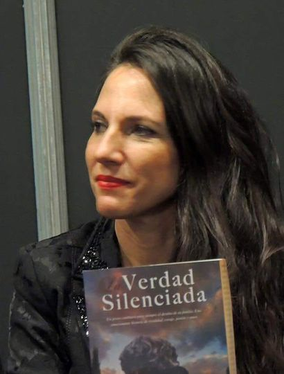 """Carolina Del Pópolo y su libro """"Verdad silenciada""""."""