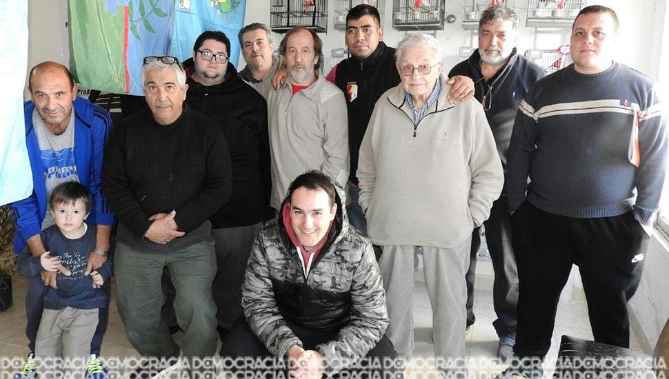 Miembros de la dirigencia de la Asociación Roller Juninense y participantes de la muestra.
