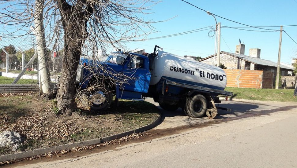 Un camión perdió el control y chocó contra un árbol