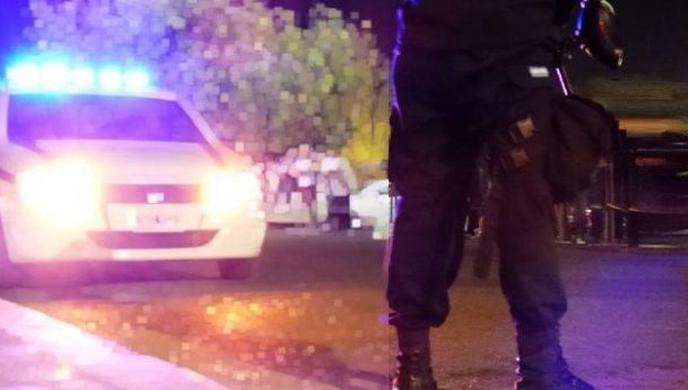 Asesinan de una puñalada en el cuello a una mujer en Rosario y detienen a su pareja