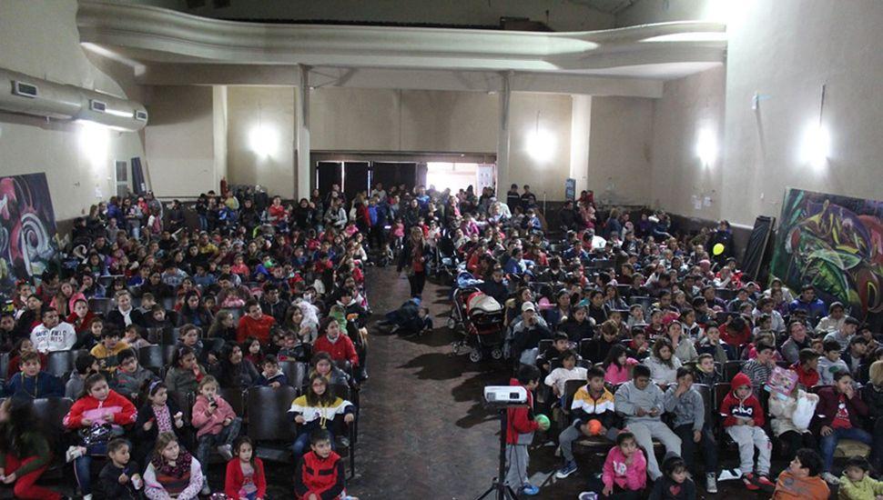 A sala llena se proyectó Aladdín.
