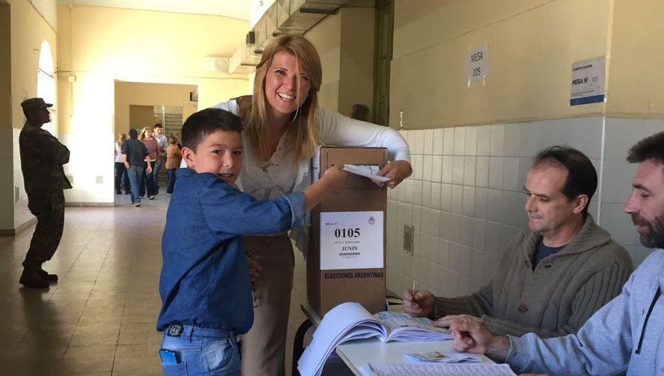 Acompañada de su hijo, votó Maia Leiva