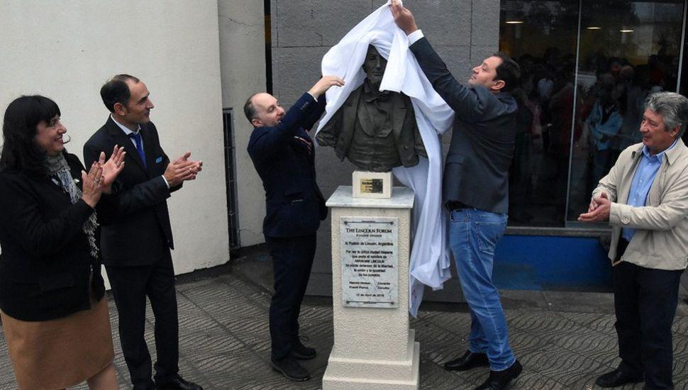 El busto de Abraham Lincoln volvió a ocupar su lugaren el Patio de los Derechos Humanos