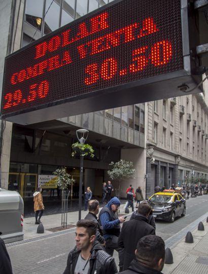 La suba del dólar es incontenible para el Gobierno.