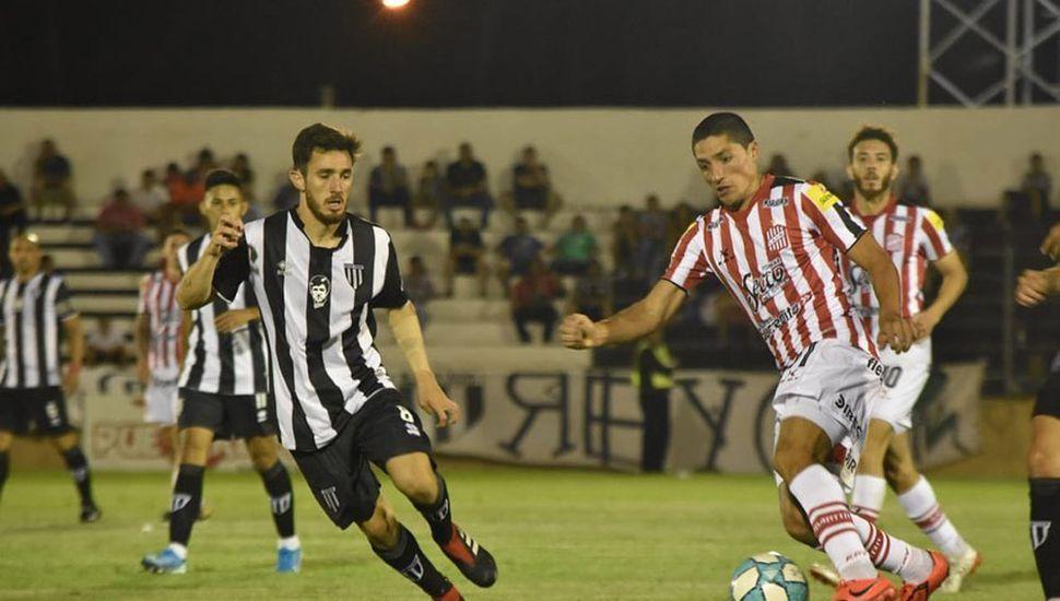 El ex Sarmiento, Nicolás Castro, con el balón, anoche, en Mendoza.