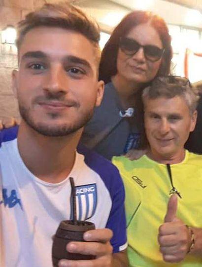 Gonzalo junto a sus padres, Gabriela Zanín y Héctor Rubén