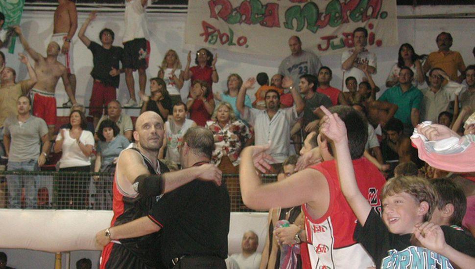 El Vasco Aispurúa se abraza con Mario Guzmán.
