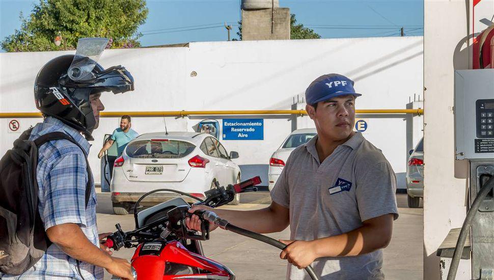Motociclistas no podrán cargar combustible si no usan cascos
