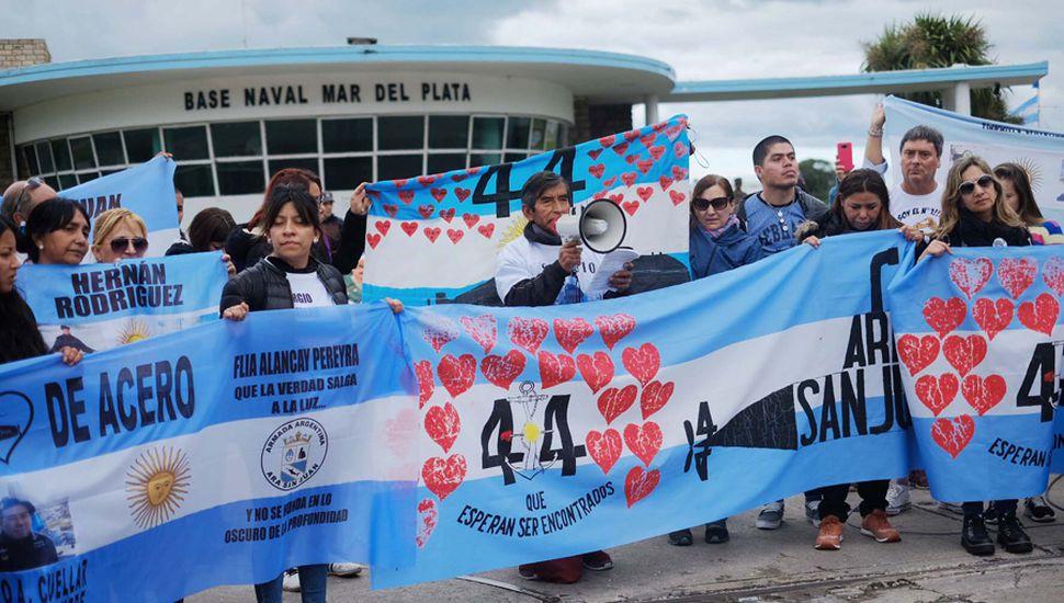 Dolor e impotencia de los familiares de los 44 tripulantes tras el hallazgo del submarino.