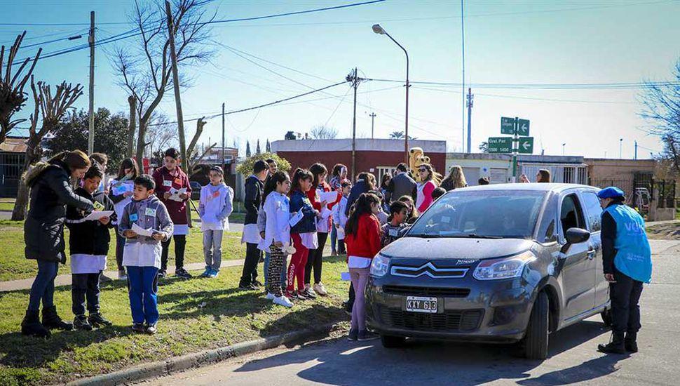 La iniciativa, llevada a cabo por los alumnos de la Escuela 40, en el Barrio Ferroviario, apunta  a lograr un mejor tránsito.