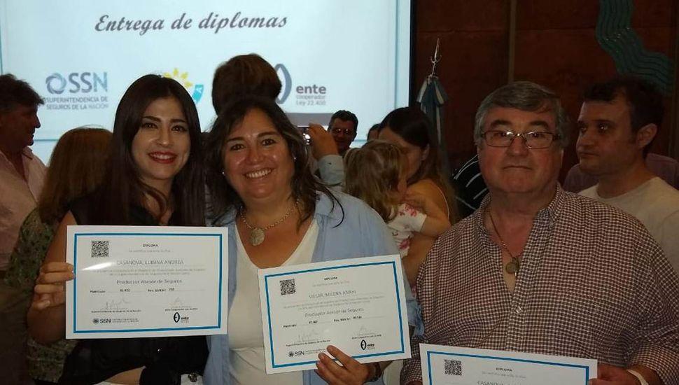 Luisina Casanova, Milena Villar de Brentassi (centro) y Juan Luis Casanova recibieron en Junín los diplomas que los acredita como productores asesores de seguros.