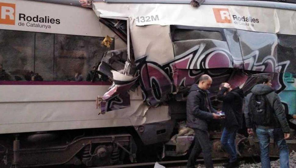 Murió una maquinista en el choque frontal de dos trenes en Barcelona