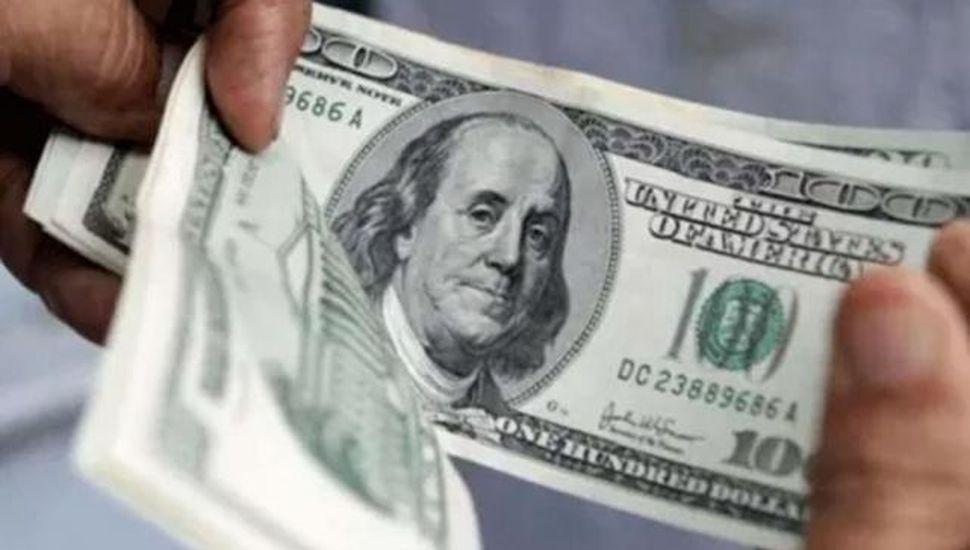 El gasto en viajes, pasajes y tarjeta en dólares fue el más bajo en 8 años