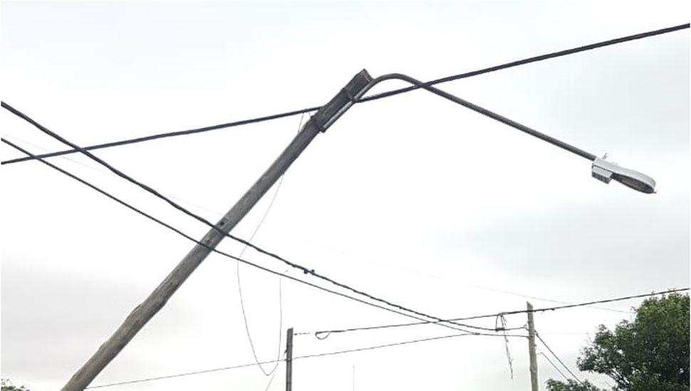 El fuerte viento de la tormenta derribó árboles, postes de luz, cables y techos