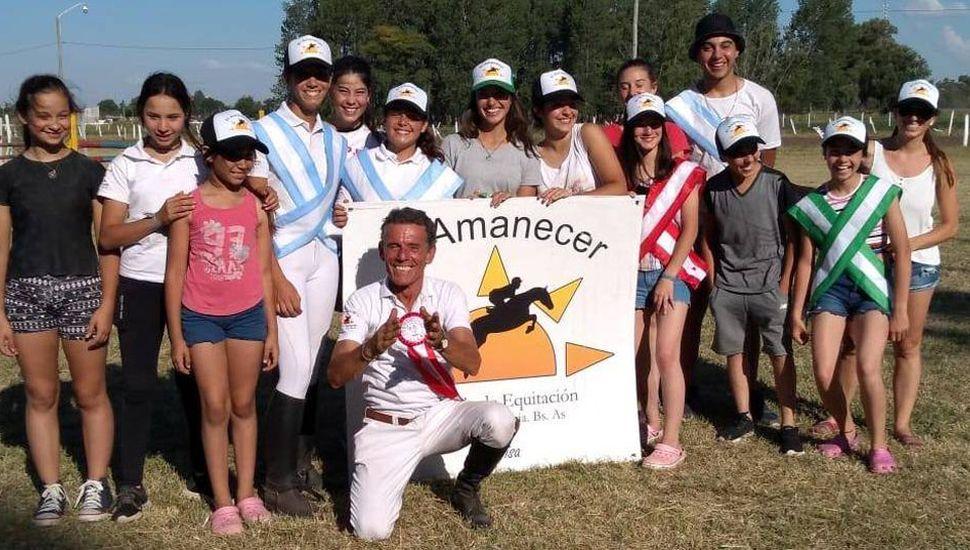 Grupo de amazonas y jinetes junto al profesor Mario Tasende.