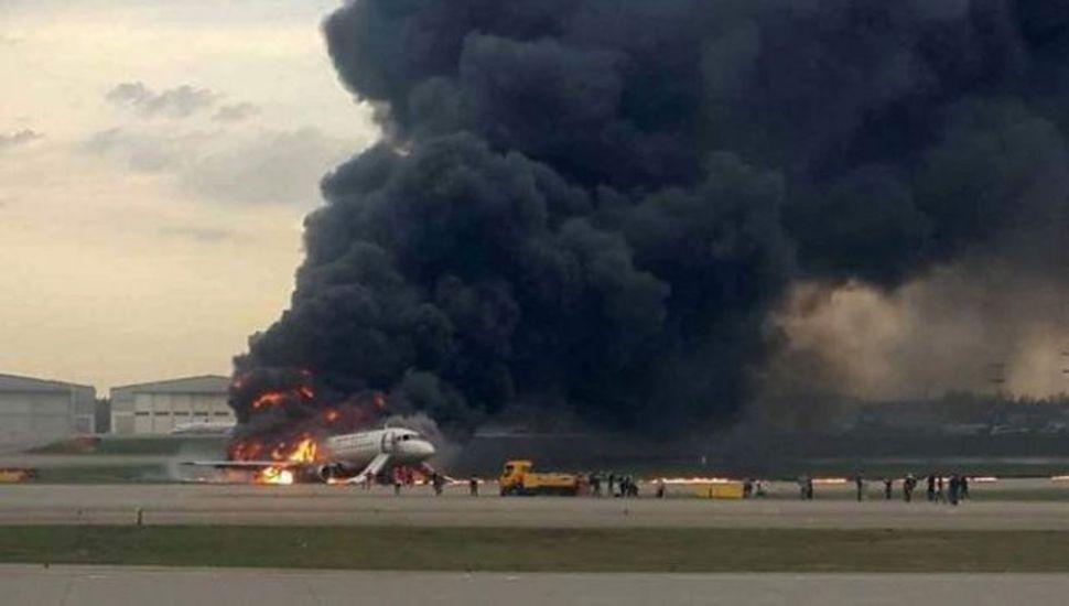 Un avión ruso aterrizó en llamas: al menos 41 muertos