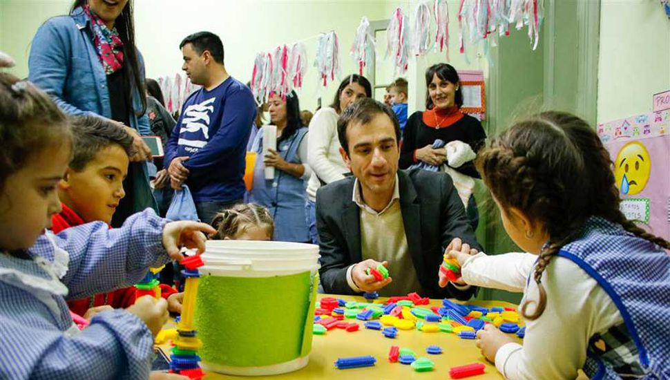 El jefe comunal, Pablo Petrecca, interactuó con los niños.
