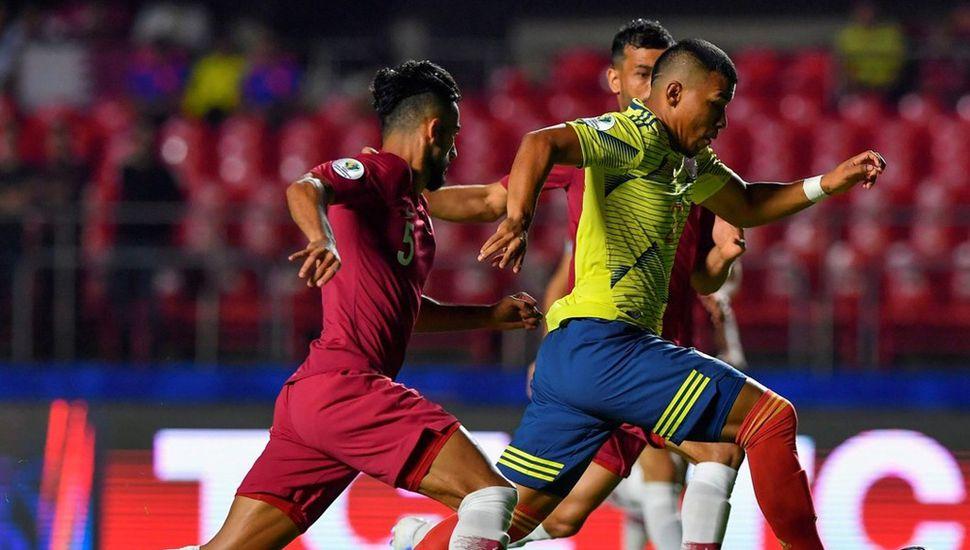 Roger Martínez, delantero de la selección de Colombia, encabeza una carga de su equipo, vencedor de Qatar por la mínina diferencia, en San Pablo.