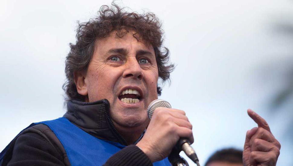 El juninense Pablo Micheli, líder de la CTA Autónoma, hablando ayer a los convocados en Plaza de Mayo.