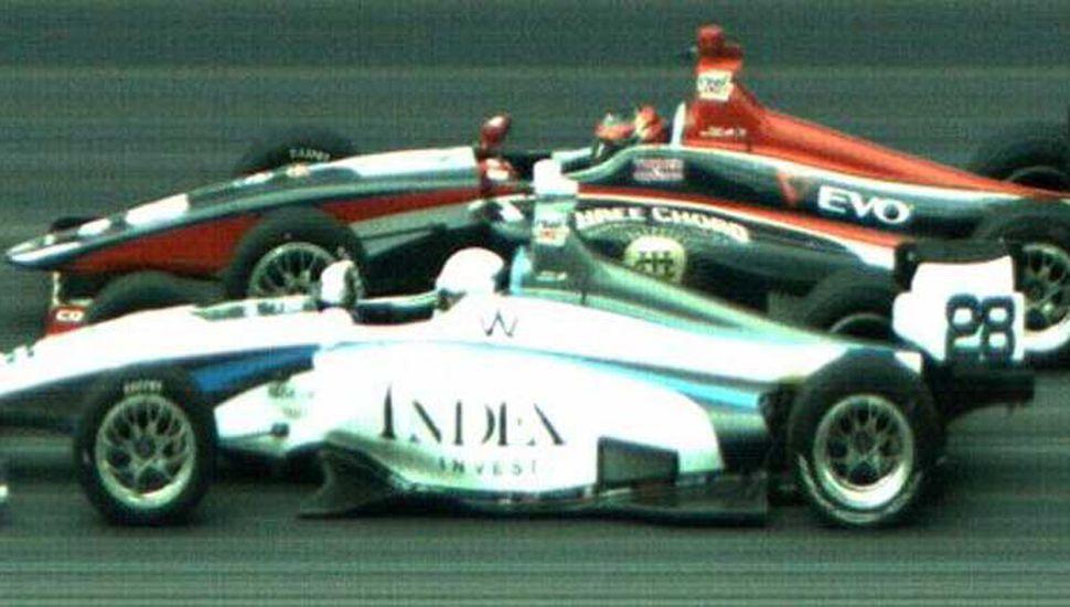 Por la trompa, Oliver Askew supera a Ryan Norman, ayer en la Indy Car de Indianápolis.
