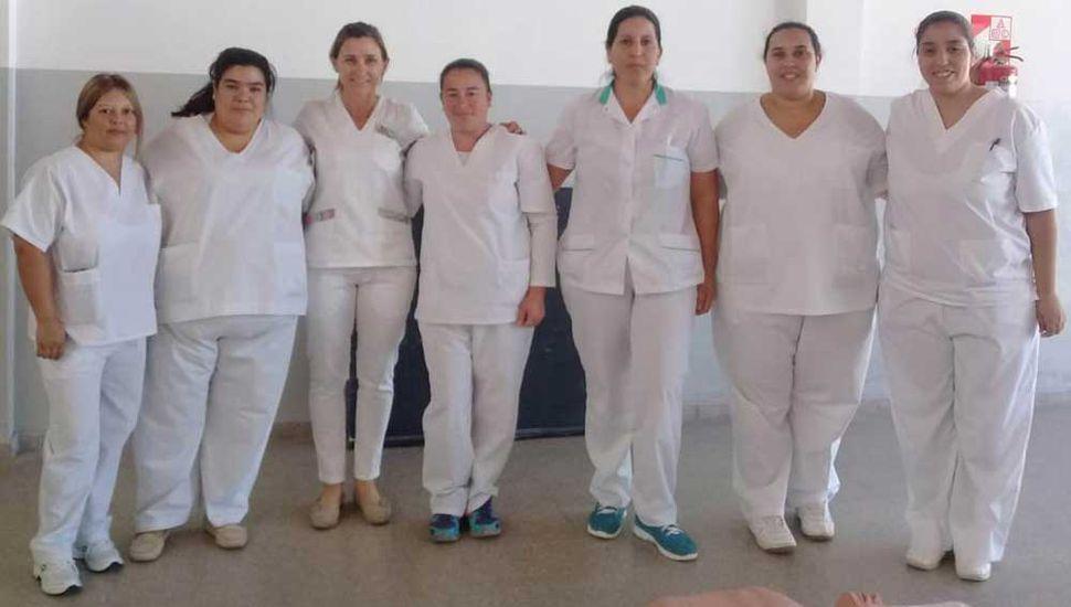 Alumnas y profesoras de enfermería que concurrieron a la Secundaria Nº 4.
