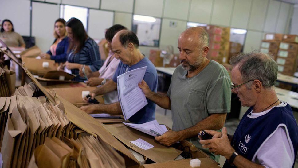 Personal de la Corte Electoral de Brasil prepara las boletas electrónicas para su envío, en el Centro Regional de Almacenamiento en la zona de Jardim Botanico, Río de Janeiro, Brasil.