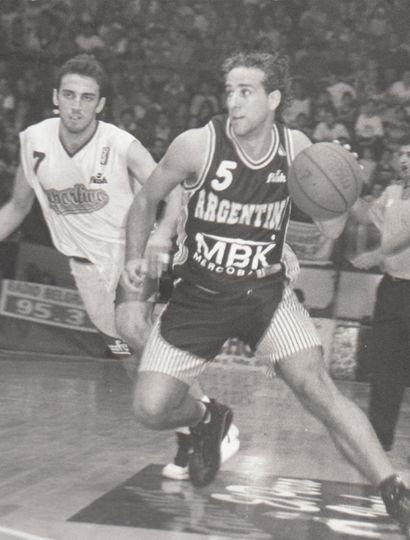 Federico Sureda supera a Julio Mázzaro el sábado 15e de abril de 2000. Detrás el tucumano Sultani. Fue el primer punto de cuartos ante Deportivo Roca.