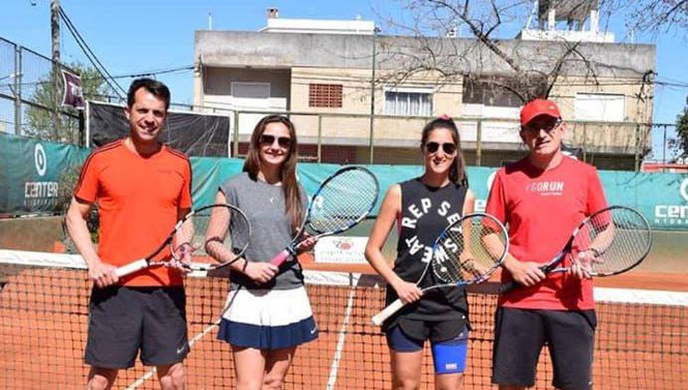 Los ganadores Mauricio Puerari y Gabriela Dabove posando antes de la final de cuarta dobles mixtos con los subcampeones, Lía Castro-Marcos Kohan (derecha).